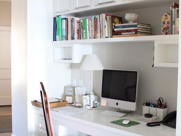 طراحی قفسهی کتاب در بالای میز کار